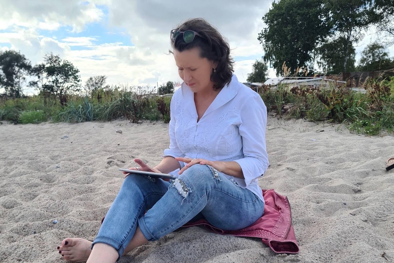 Dörte arbeitet am Strand
